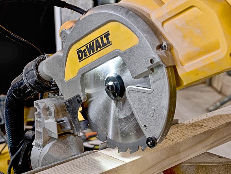 Торцовочная пила DeWALT DWS777